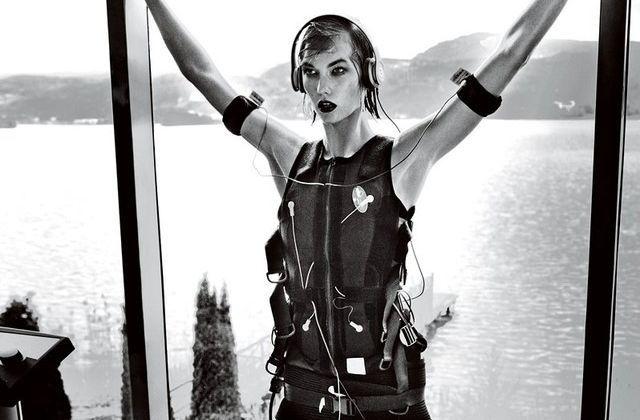 Karlie Kloss testa o XBody (Foto: Vogue US)